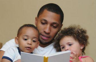 Conheça os benefícios de ler histórias para os pequenos antes de dormir