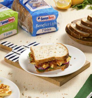 Sanduíche de queijo coalho com geleia de pimenta