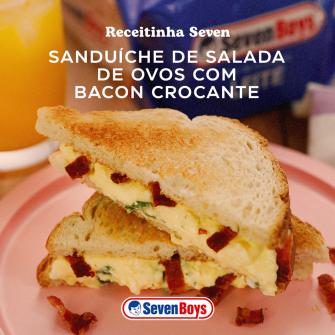 Sanduíche de salada de ovos com bacon crocante